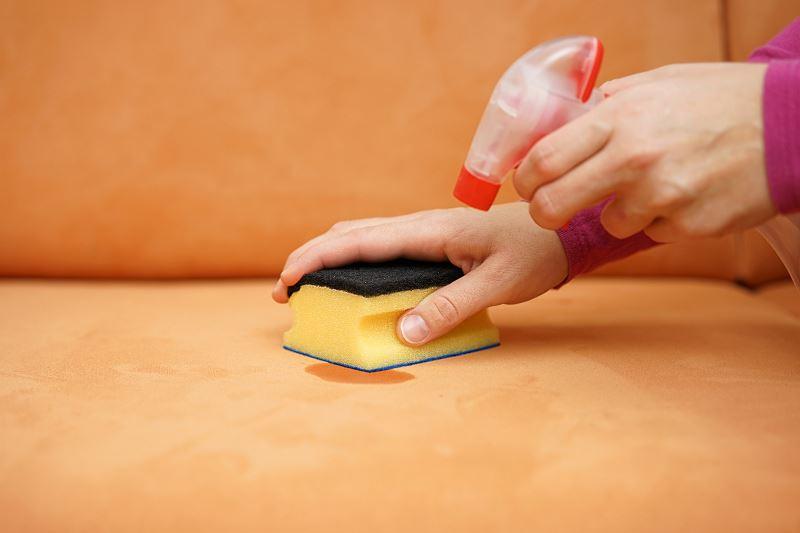 Czym i jak wyprać kanapę - metody czyszczenia kanap, środki czyszczące, poradnik krok po kroku 2