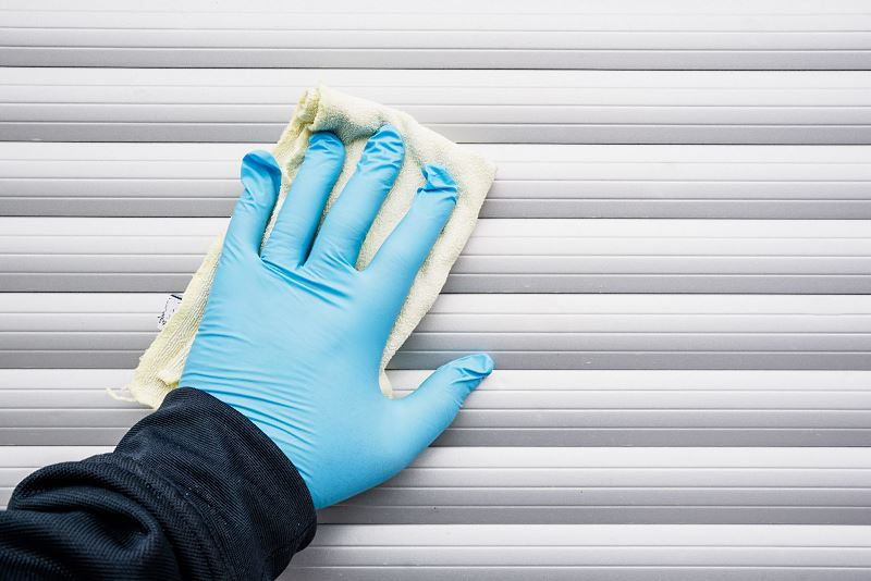 Jak wyczyścić rolety materiałowe? Praktyczne, domowe sposoby na czyste rolety okienne 2