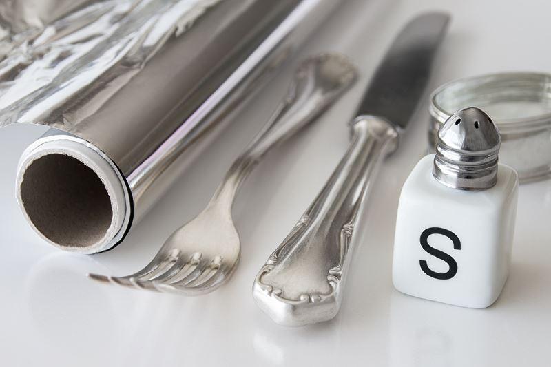 Czyszczenie srebra z użyciem folii aluminiowej krok po kroku 2