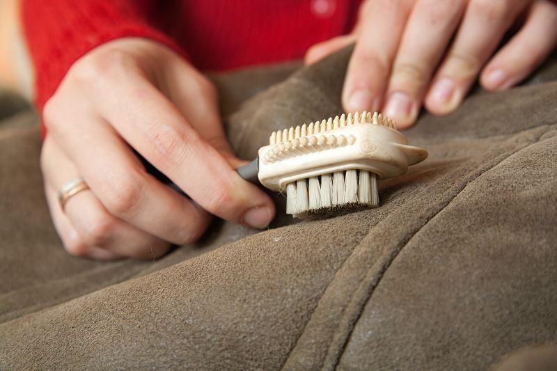Czym i jak czyścić zamsz? Sprawdzone domowe sposoby na czyszczenie ubrań zamszowych 2