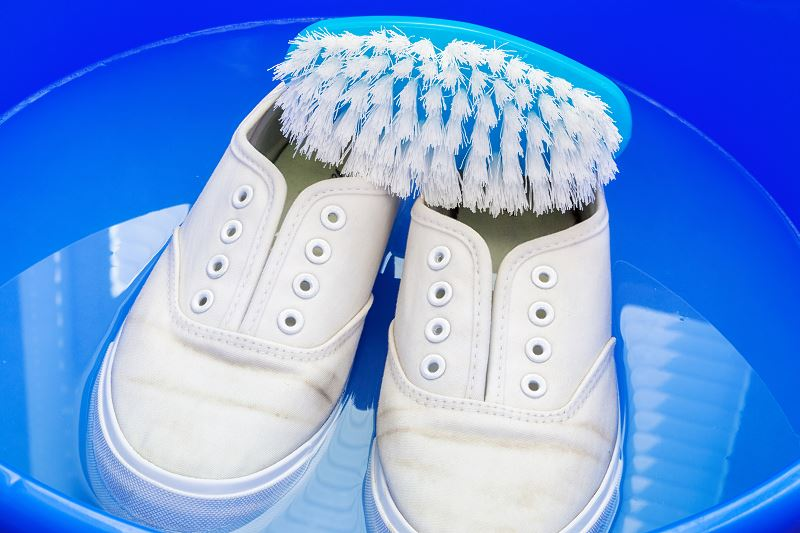 Jak wyczyścić białe trampki - domowe sposoby na umycie i wypranie butów 2