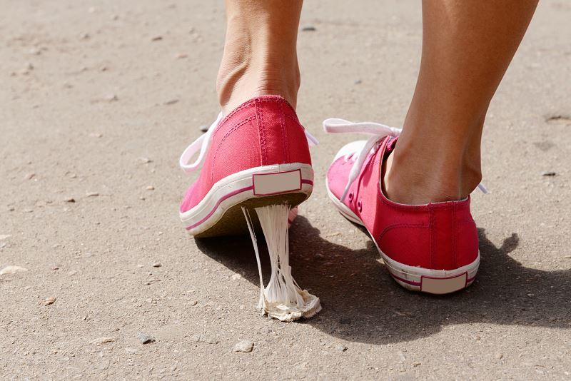 Jak usunąć gumę ze spodni - sprawdzone sposoby na odklejanie i wywabianie plam z gumy 2