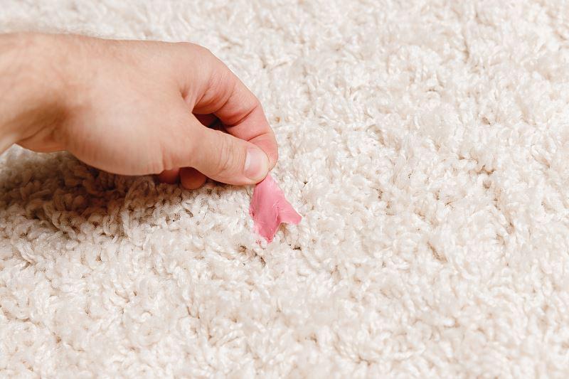Jak usunąć gumę do żucia z ubrania - najlepsze domowe sposoby 2