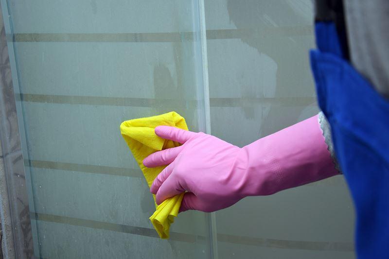 Jak usunąć kamień z kabiny prysznicowej - praktyczne sposoby na zacieki i kamień w kabinie 2