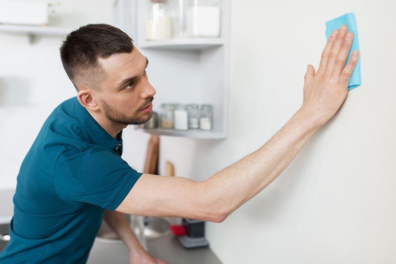 Jak usunąć tłuste plamy ze ściany - domowe sposoby na uciążliwe zabrudzenia 2