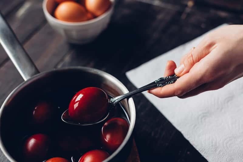 Barwienie jajek cebulą – poznaj naturalne sposoby farbowania jajek