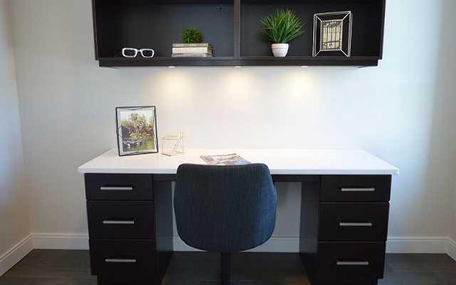 Gdzie ustawić biurko w pokoju?