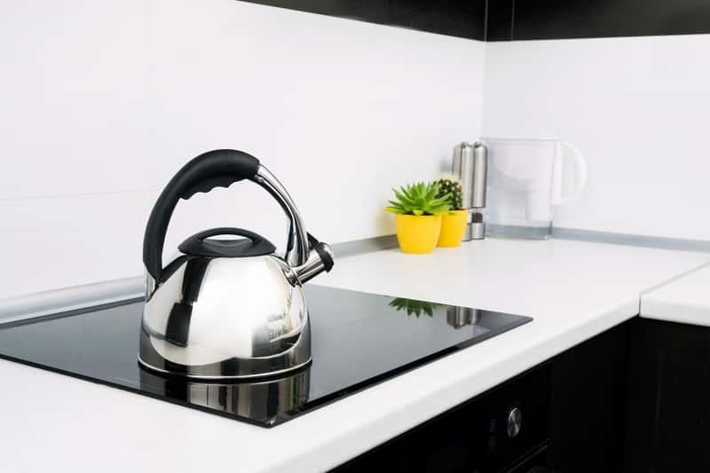 Srebrny czajnik na płycie indukcyjnej. Porady, jaki czajnik na kuchenkę indukcyjną wybrać.