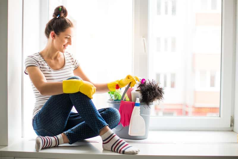 Kobieta z środkami do mycia okien