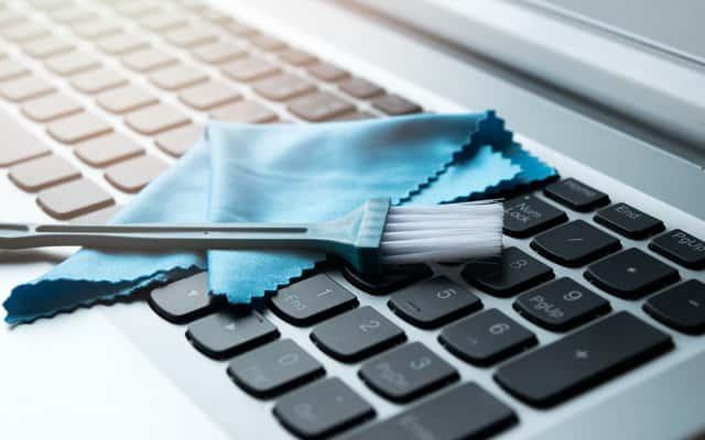 Jak wyczyścić klawiaturę w laptopie? Oto 4 sprawdzone sposoby