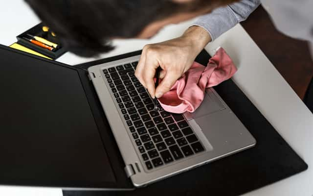 5 najlepszych sposobów na czyszczenie laptopa – sprawdź je!
