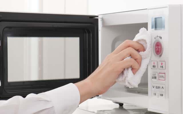 Jak umyć mikrofalówkę? Proste, domowe sposoby