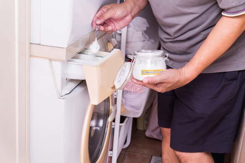 Wsypywanie sody do pralki