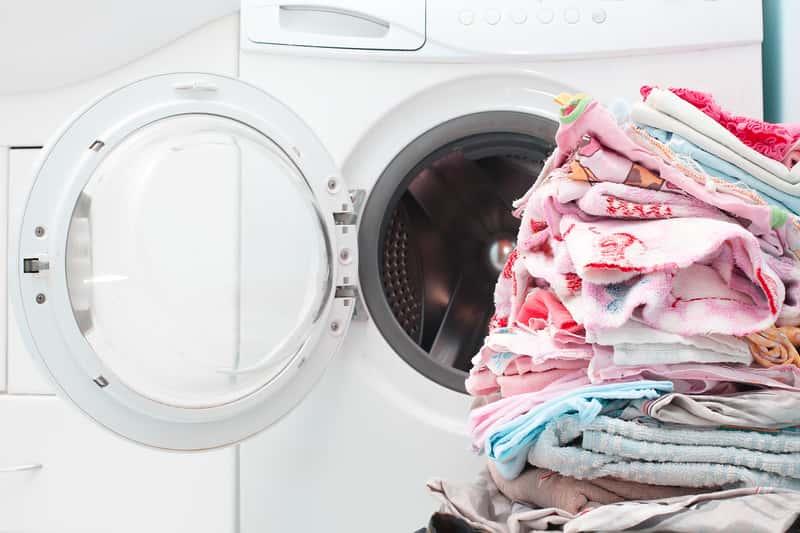 Otwarta pralka z praniem