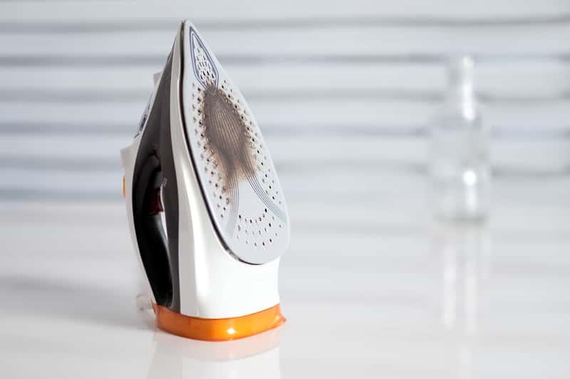 Jak wyczyścić stopę żelazka – porady praktyczne jak wyczyścić żelazko