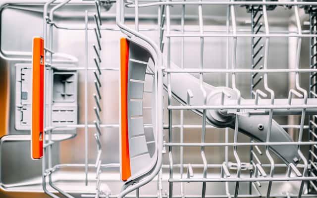 Czyszczenie zmywarki - domowe sposoby i polecane środki na czystą zmywarkę