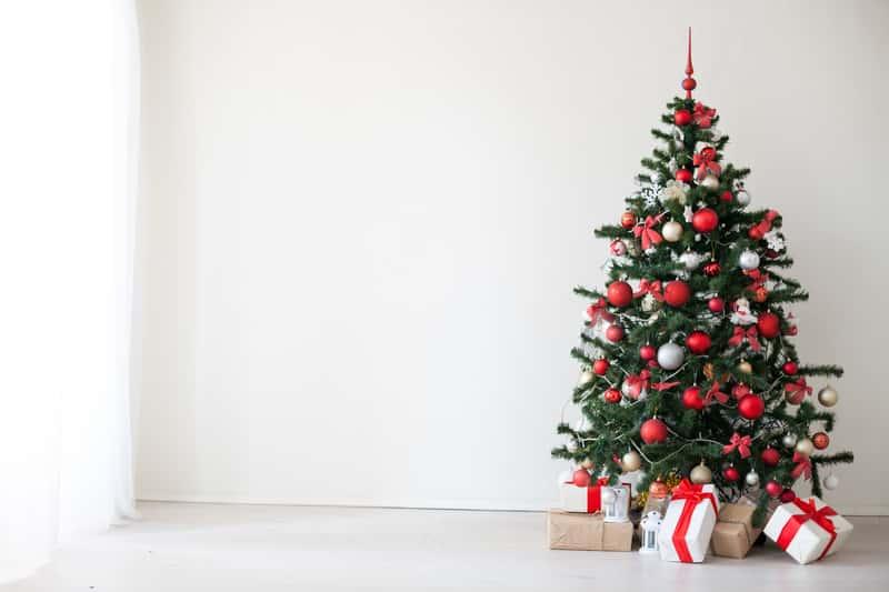 Modna dekoracja choinki krok po kroku – co będzie na topie w tym sezonie?