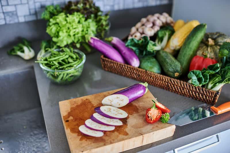 Drewniana deska do krojenia z warzywami