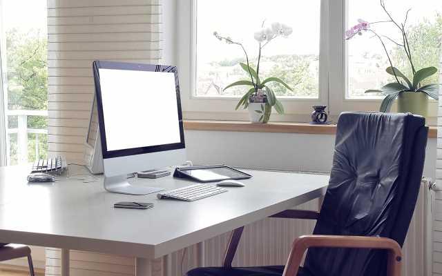 Biuro w domu - osobny gabinet czy praca przy stole w salonie?