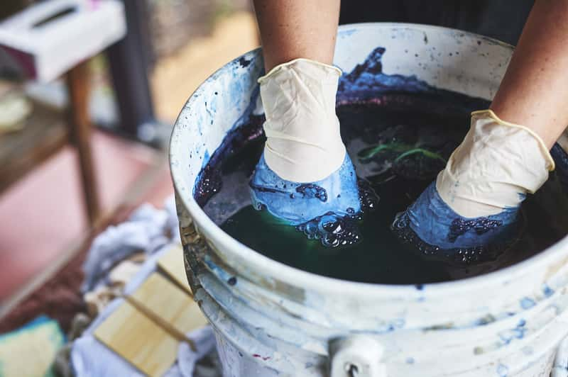 Farbowanie spodni, sukienki, kurtki czy jeansów – jak to zrobić?