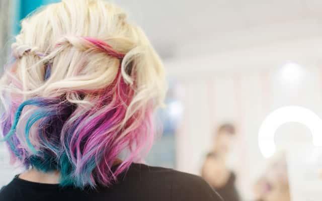 Jak zafarbować włosy bibułą krok po kroku – wyjaśniamy