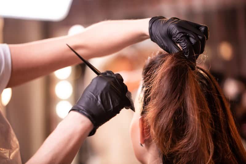 Czy farbowanie włosów w ciąży to dobry pomysł? Wyjaśniamy zagrożenia