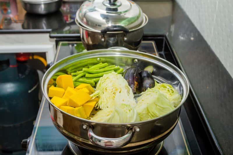 Jaki garnek do gotowania na parze wybrać? Wyjaśniamy