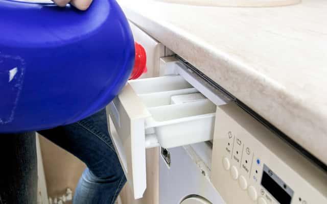 Gdzie wlać płyn do prania i płukania w pralkach różnych producentów?