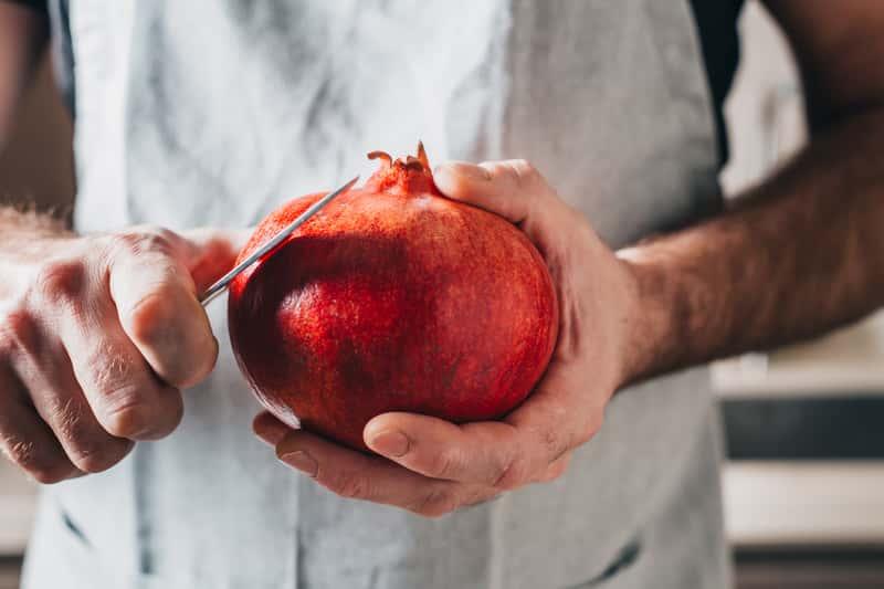 Jak jeść granat? Wyjaśniamy, jak poradzić sobie z tym egzotycznym owocem