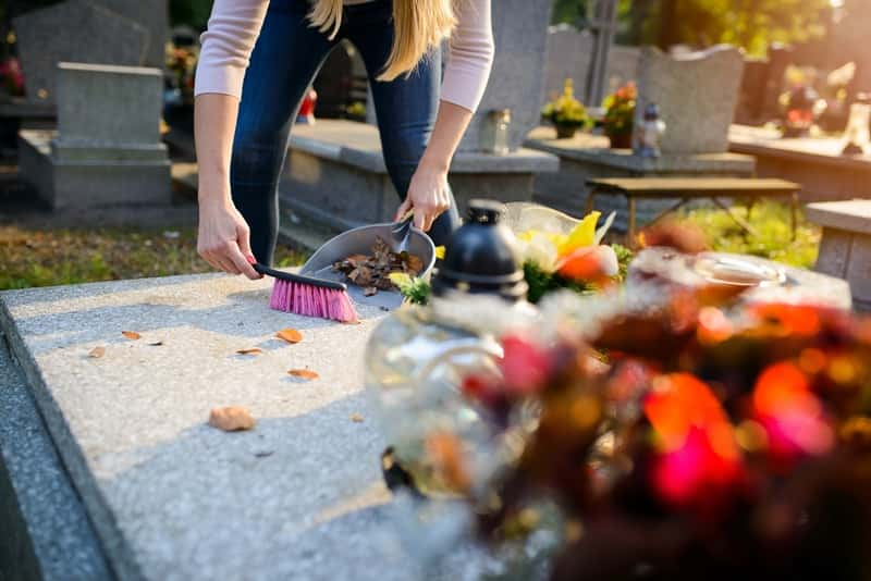Czyszczenie grobu z granitu