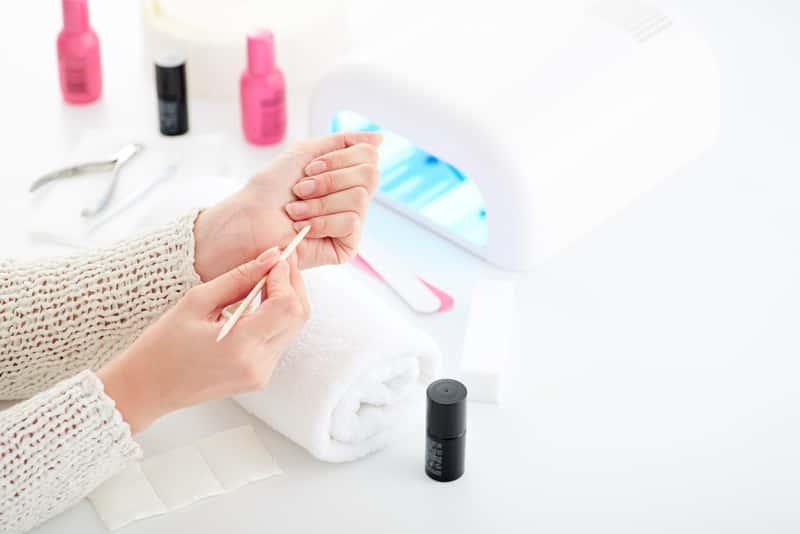 Jak ściągnąć hybrydy z paznokci? Oto 3 najlepsze sposoby krok po kroku