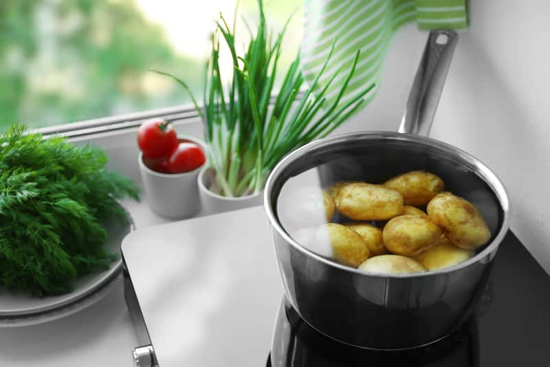 Ile gotować ziemniaki? Odpowiadamy na praktyczne pytania kulinarne