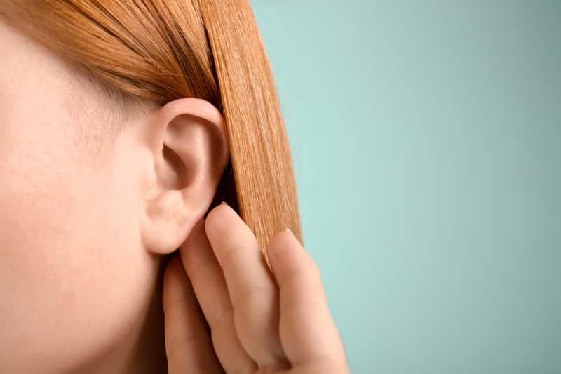 Jak odetkać ucho krok po kroku? Oto najlepsze sposoby na zatkane ucho