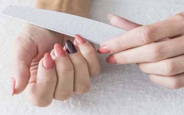 Jak piłować paznokcie? Praktyczny poradnik i najlepsze techniki piłowania