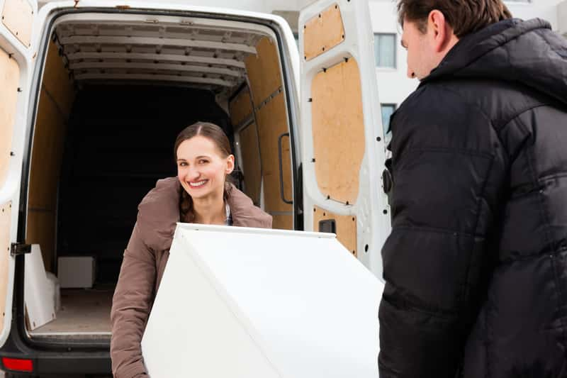 Para, która zna odpowiedź na pytanie, jak przewozić lodówkę i czy można przeozić lodówkę na płasko