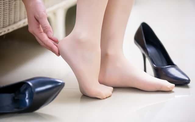 Buty okazały się za ciasne? Zobacz, jak je rozciągnąć