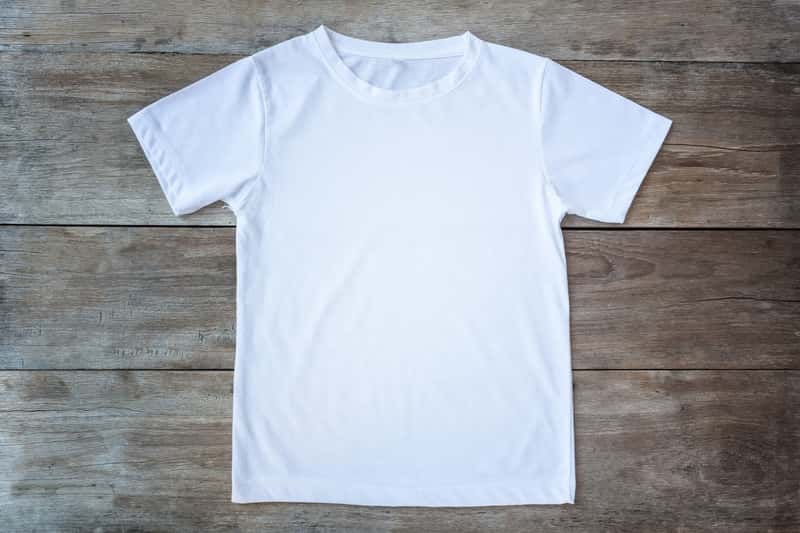 Jak składać koszulki? Oto 4 najszybsze sposoby na bluzki i t-shirty