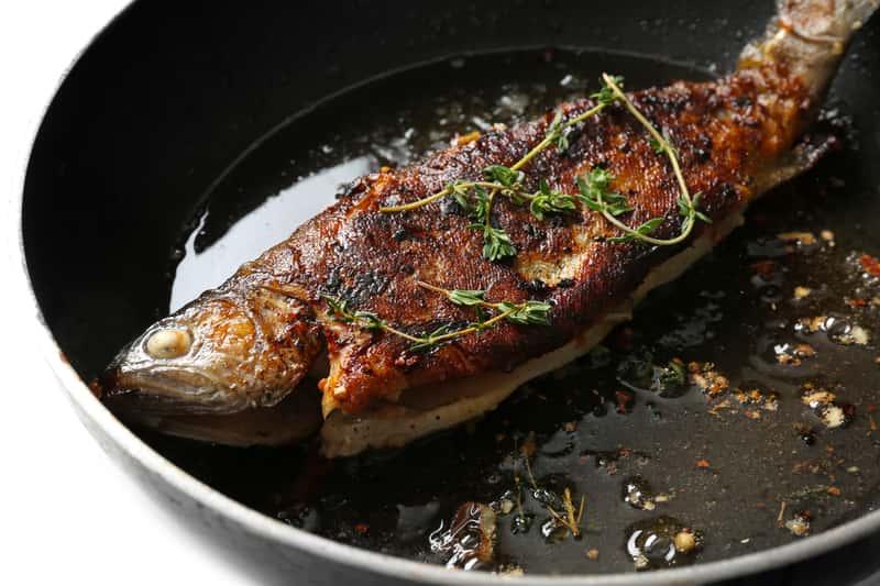 Jak smażyć rybę na patelni? Praktyczny poradnik krok po kroku