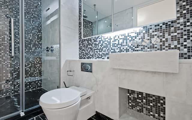 Jak usunąć silikon z kabiny prysznicowej? Najlepsze sposoby na pozbycie się starego silikonu