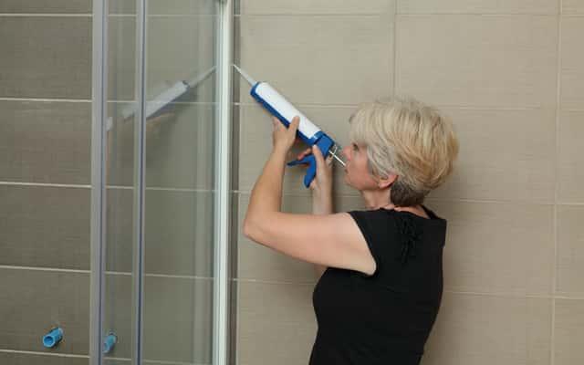 Jak uszczelnić kabinę prysznicową? Poradnik, jak krok po kroku uszczelnić kabinę silikonem