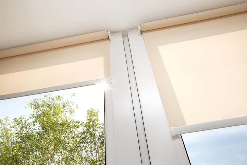 Roety materiałowe w oknie