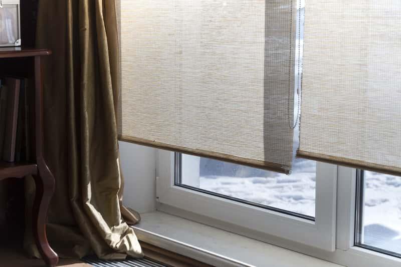 Rolety wiszące w oknie