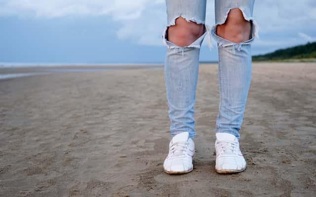 Jak zrobić dziury w spodniach? Praktyczny poradnik krok po kroku