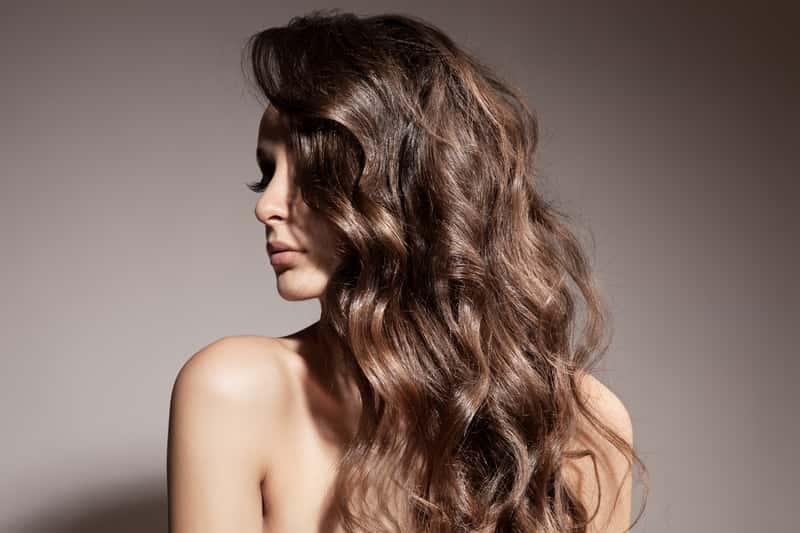 Jak zrobić fale na włosach? Oto 4 praktyczne sposoby na naturalne loki