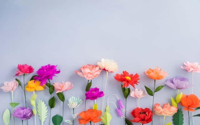 Jak zrobić kwiatki z bibuły? Praktyczny poradnik krok po kroku