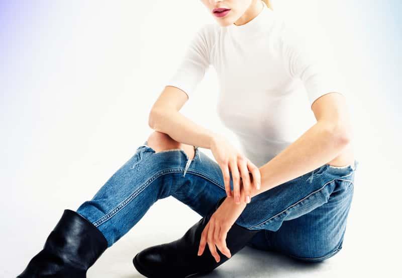 Jak zrobić jeansy z dziurami? Zrób to samodzielnie!