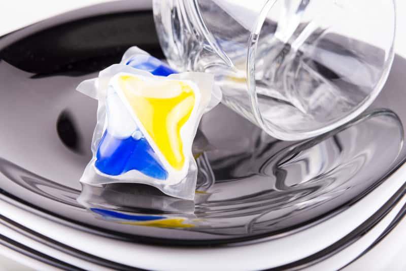 Kapsułki do zmywarki - które wybrać? Najlepsze marki, opinie, skuteczność, ceny