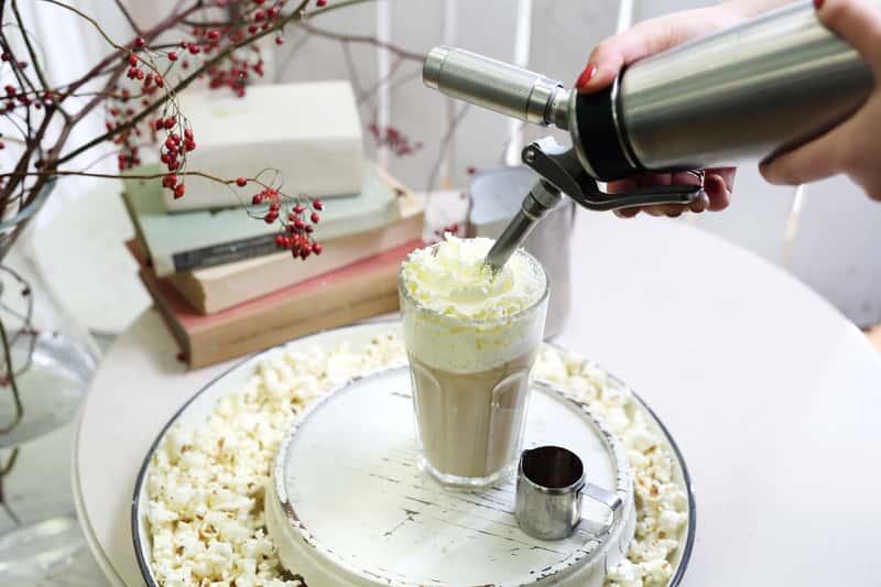 Jak zrobić kawę mrożoną w domu? Oto 3 najlepsze, domowe przepisy