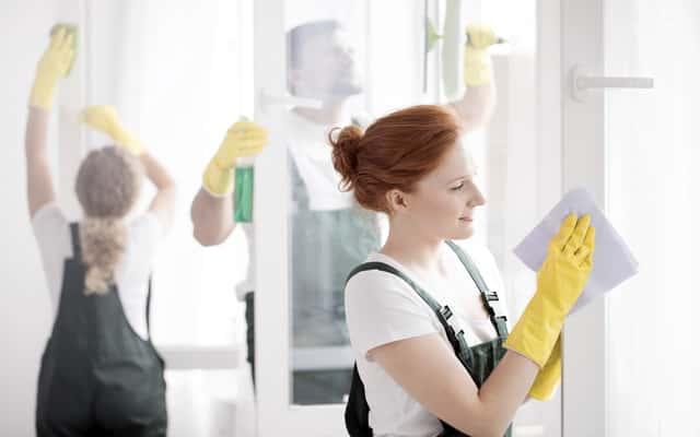 Ile kosztuje mycie okien? Sprawdź ceny za mycie szyb w całej Polsce