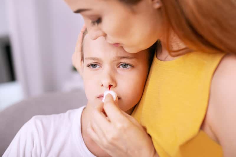 Jak zatamować krwawienie z nosa - najlepsza metoda krok po kroku